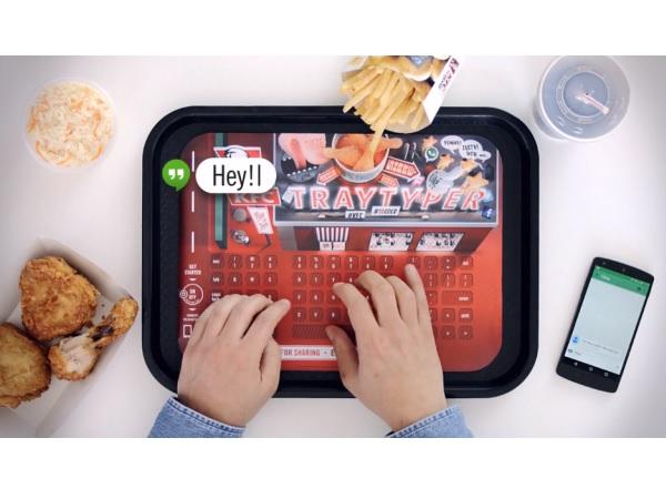 日本にも来い! スマホが汚れないKFCのトレイ紙キーボード