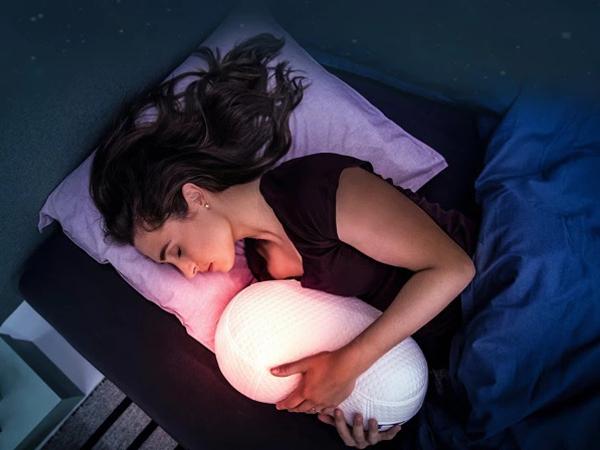 心地よい眠りへ導いてくれる抱き枕型ロボット