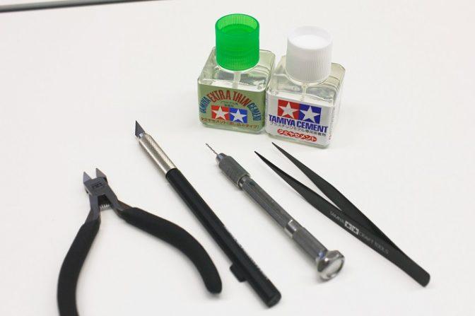 (前列左から)ニッパー、ナイフ、ピンバイス、ピンセット (後列左から)流し込み用接着剤、貼り合わせ用接着剤