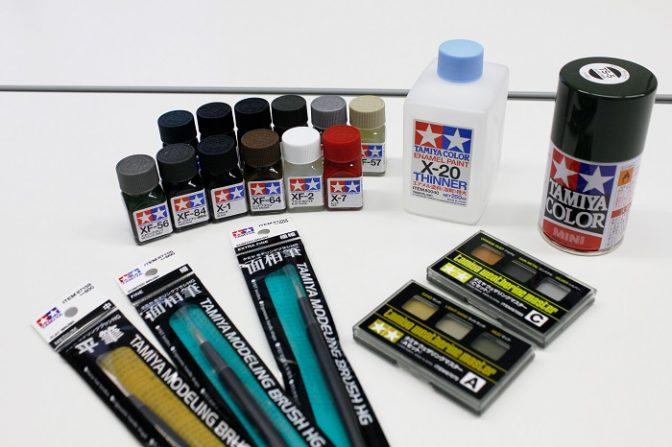 (前列左から)平筆、面相筆、ウェザリングツール (後列左から)エナメル塗料、エナメル溶剤、ラッカー系カラースプレー