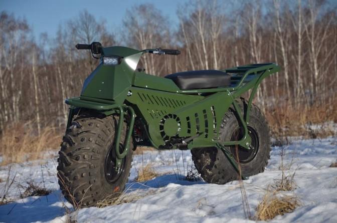【車に積めるコンパクトバイク】ロシア製の「Taurus 2×2」なら荒れ地の主役になれる