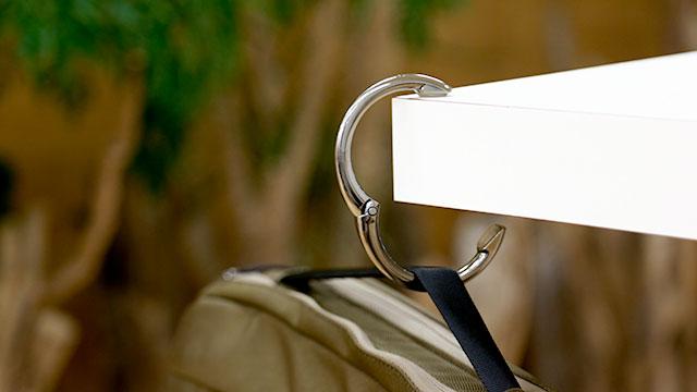 デスクやテーブルにバッグをぶら下げられるバッグハンガーを活用