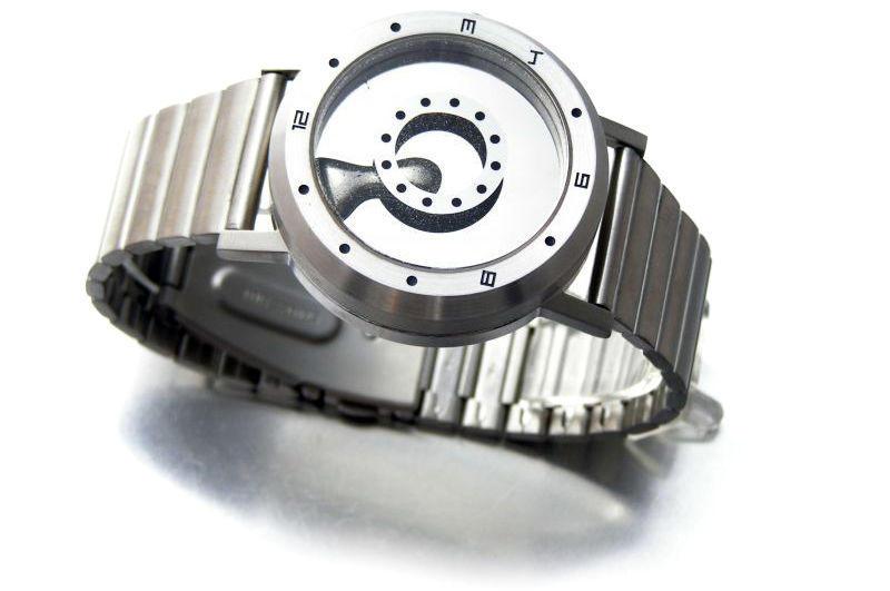 液体金属が時を知らせてくれる、世にも奇妙な腕時計