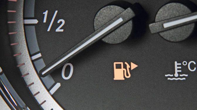 給油ランプが点滅してから、車はあと何キロ走れるのか?