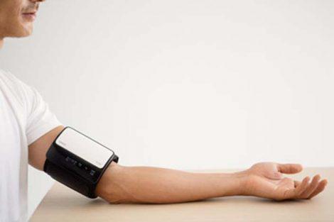▲測定中に体が動いたり、カフがゆるかったりした場合は「再測定をおすすめします」のメッセージなどが表示される。