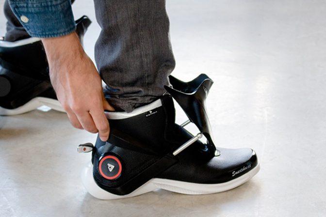 靴ひも代わりのカバーが自動フィットするハイテクシューズ
