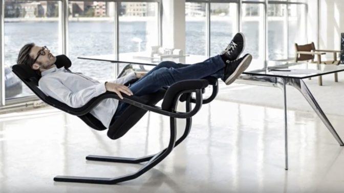 仕事から仮眠まで1台で対応可能な新感覚のイス
