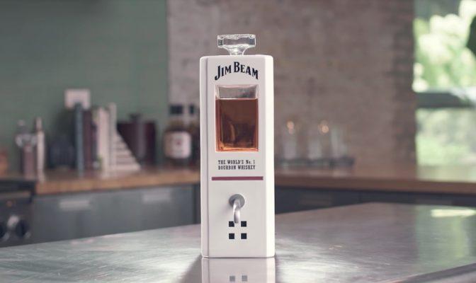 呼びかけると自動でお酒を注いでくれる!? ジム・ビームより音声で操作できるデキャンタが登場