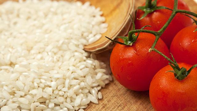 トマトでお米をおいしく炊く