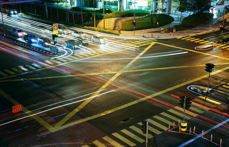 自動運転車のその先へ、渋滞解消には人工知能の信号機