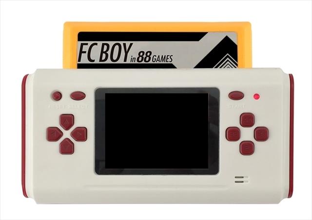 ファミコンカセットもプレイできる、手持ちサイズのレトロゲーム機「FCボーイ」 2