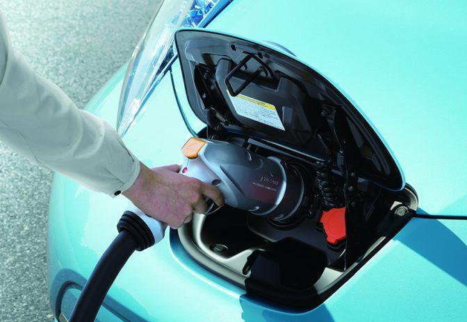 若者を中心に「車離れ」が進んでいる理由のひとつがガソリン代や駐車料金などのランニングコスト。100%電気自動車・日産リーフの新プラン「日産ゼロ・エミッションサポートプログラム2=旅ホーダイ」は充電代定額制で、燃料費を気にせず、行きたい場所に好きなときに行くことができる。3