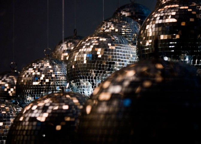 約400のミラーボールが光輝きます photo by Dominic Alves(イメージ写真)