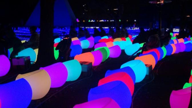 様々な色を放つシャイニングチェアが会場を華やかに演出