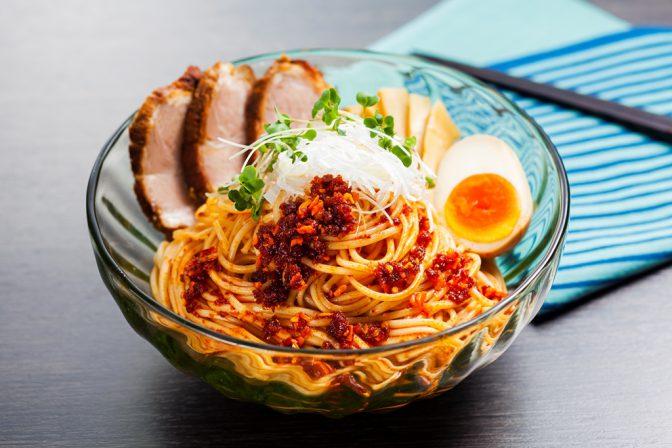 少し太めの小豆島手延太素麺に、オリーブオイル使用のラー油と、めんつゆを合えたスタミナ麺です!