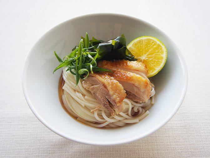 コシと旨みのある半田めんに、阿波尾鶏、鳴門わかめ、ねぎ、すだちの徳島特産品をのせました。