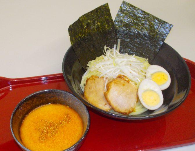 豚骨ベースのピリ辛担々つけ汁に、プリプリの中太ストレート麺をつけてご賞味下さい。