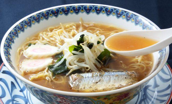 三陸産の塩と、さんま節をふんだんに使用したスープに、骨までやわらかいさんまをのせた絶品秋刀魚ラーメンです。