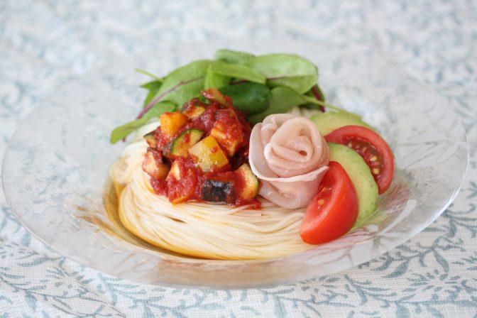 ラタトゥイユソースと生ハムとたっぷり野菜で仕上げました!濃厚なトマトがソースのアクセントに♪