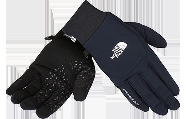 最近の手袋は、スマホ対応がデフォルト。ノースフェイスが今冬にリリースした手袋『ウインドストッパーイーチップグローブ』は『GORE WINDSTOPPER』を使用し、風をシャットアウト。また、手のひら側には伝導性のある生地を用いることで、すべての指でタッチスクリーンの操作ができる。