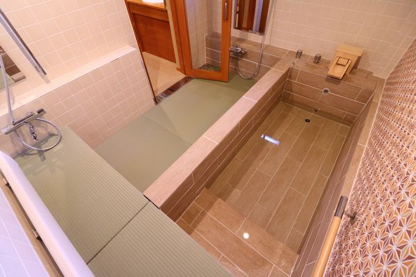 カウンターベンチ付き家族風呂