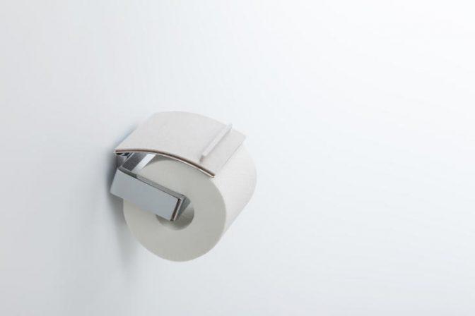トイレで、スマホや財布などちょっとした物の置き場所に困ったことはないだろうか。そんな「ちょい置き」問題を解決するのが、トイレットペーパーホルダーにつけるトレイ「toilet tray(トイレトレイ)」だ。1