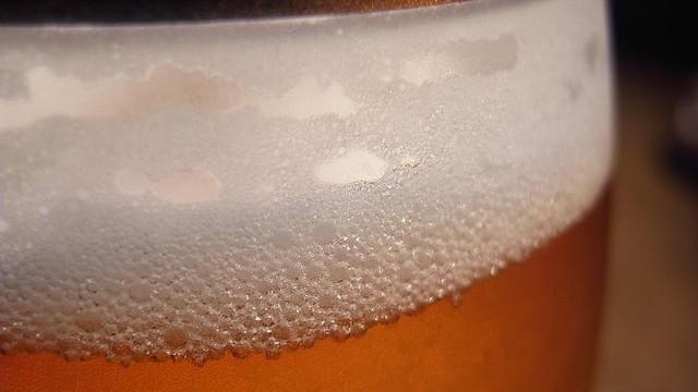 ビールの泡は割り箸で復活