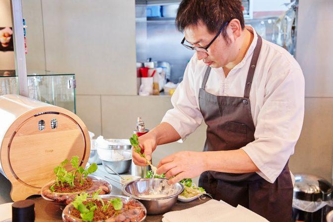 foopを使った斬新な料理をつくるセララバアドの橋本シェフ