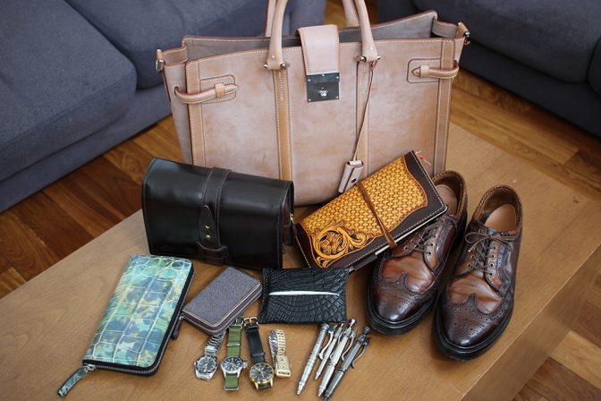 水谷さんお気に入りの私物の数々。真ん中の黒いポケットティッシュケースがクロコダイルの革で職人さんに作ってもらったモノ。右側の革靴が、履き口に三つ編みにしたカンガルーの革を縫い付けたモノ