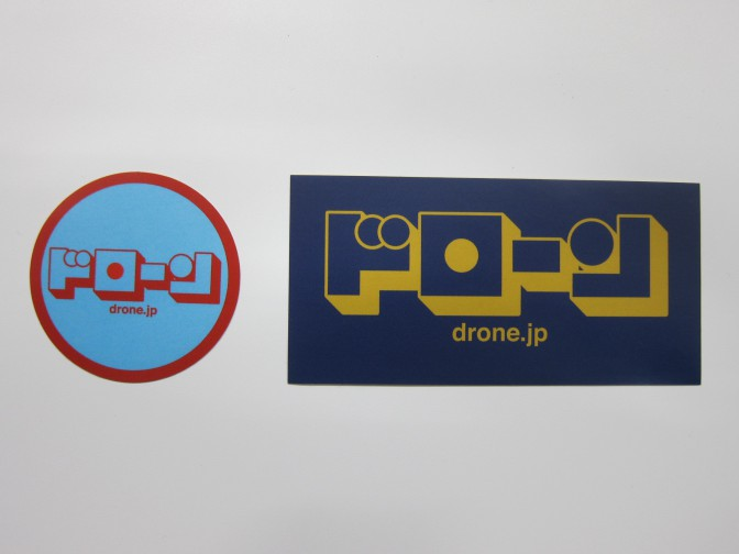 海外で配布する予定の『DRONE』のステッカー。カタカナは海外でウケがいいそう