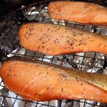 【燻製食材】キャンプでおいしい燻製食材10選&必須道具