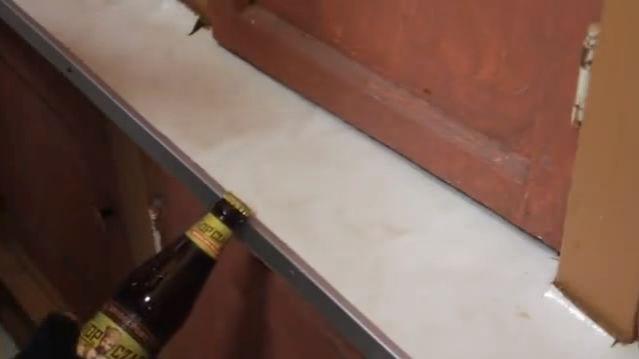 その場にあるものでビールの王冠を開ける方法