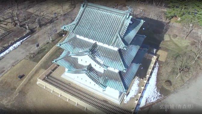 岩木山の雪景色に臨む弘前城(田口氏撮影) 0:36秒付近が城壁を隠すカット