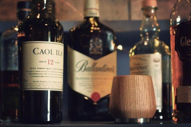 手作りのオーク材カップで飲むウイスキーは一味違う