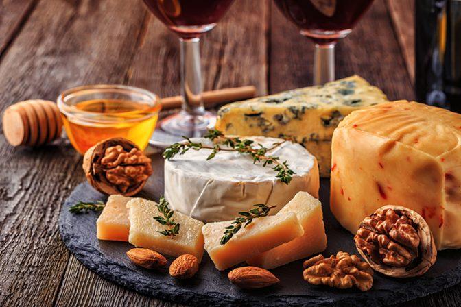 知っていると自慢できる! ワイン種類別のおすすめチーズ