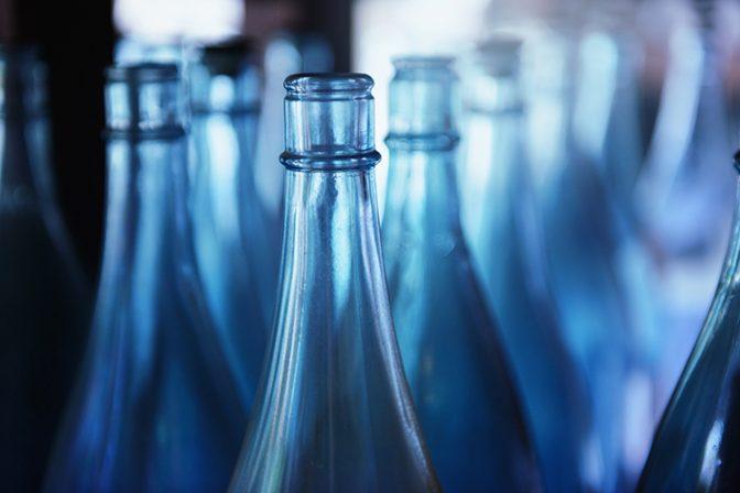 デザインだけじゃない。日本酒のボトルの色が決められる理由
